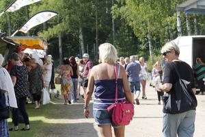 Runt 700 besökare kom första kvällen, och det såg inte ut att minska under lördagen.