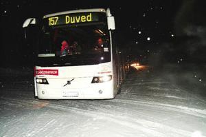 Bussen ställer sig tvärs över infarten till hotellet för att plocka upp skolbarnen. Bakom på E14 närmar sig trafiken krönet i 90 kilometers hastighet eller mer. Snörök och snödrivor försämrar sikten. Ska någon dessutom in till hotellet blir det problem.Foto: Elisabet Rydell-Janson