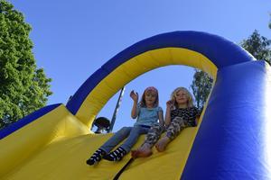 En rolig och solig torsdag under bar himmel blev det för kompisarna Alva och Moa!