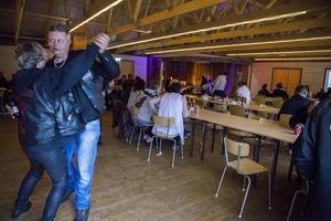 Terje Gravseth och Lena Haugdal kommer hela vägen från Namsos för att dansa och lyssna på musik, här till Bottleneck John.