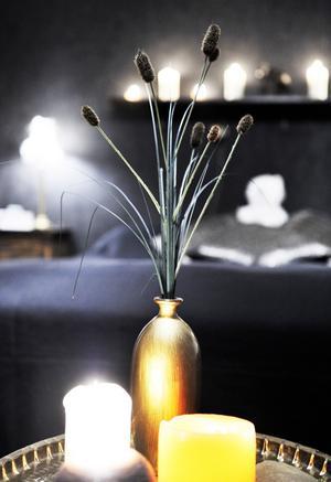 Lena Idhs hem andas österländsk harmoni och mystik. Hemligheten är kontraster, ljussättning och inspiration från resor.
