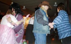Mitt i dansens virvlar fanns från vänster, Ulla Markusson, utklädd till prinsessa, David Flodin som Thomas di Leva, cowboyen Kent Tåqvist samt Lena Olofsson.