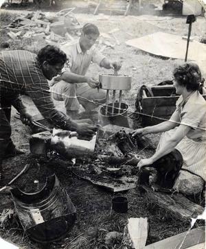 Så här såg det ut när de vuxna jobbade. Leifs pappa Wille, farbrodern Hilding, och mamma Anna-Greta står över öppen eld utan skyddsutrustning.