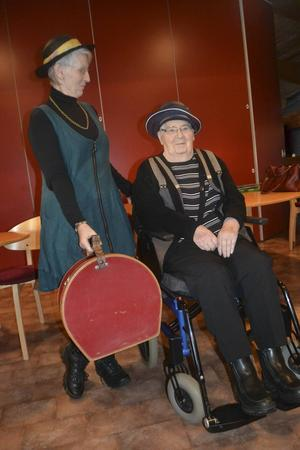 Mary Olsson med dottern Eva Olsson, båda iförda hattar (förstås). Eva håller även i en vacker hattask.