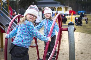 Tvillingflickorna Lea och Alice Oderstad, Lillemor Östbergs barnbarn, var två av många barn som passade på att leka och ha roligt på Folkparken under söndagen.