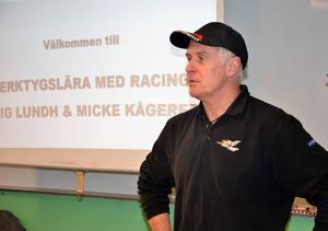Europamästaren Mikael Kågered från Linköping besökte Bromangymnasiet på fredagen och talade om verktygslära och racing.