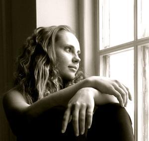 Min elev Lisa Dahlin ser längtansfullt ut i vårskymningen.