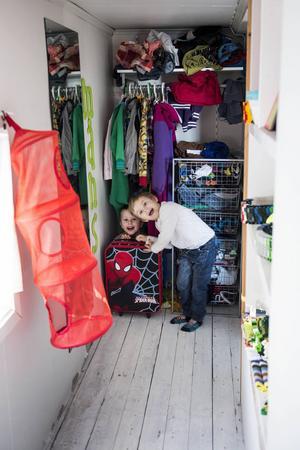 Utrymmen för klädförvaring finns det gott om. Måns och Milton har varsin ende i sin gå-in-i-garderob som också fungerar utmärkt till lek och bus.