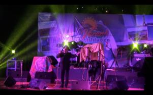 Freddy Amigo sjunger Ave Maria på den stora utomhuskonserten i Constitución.