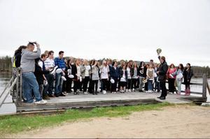 Rektor Linus Silow ledde mösspåtagningen nere vis Ljusnans strand.