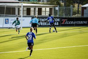Taiwo Adeshigbin rullar in 1–0 till ÖDFF i den 27:e minuten efter en försvarsmiss. Öppet mål och Adeshigbin tackar och tar emot.