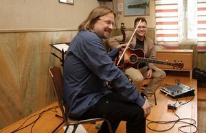 Patrik Andeson och Peter Rousu avlutade musikcaféerna i Hjortnäs bystuga i lördags.