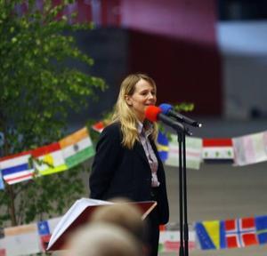 Göransson Arenas vd Maya Ohlsson välkomnade elever, lärare och föräldrar vid Murgårdsskolans skolavslutning i går.