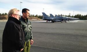 Försvarsminister Peter Hultqvist med ÖB Micael Bydén i samband med en gemensam Nordisk flygövning.