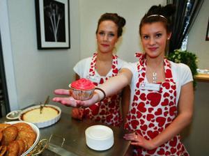 Emelie Söderlundh och Hanna Häggblad har ett företag som säljer bakverk till olika företag.