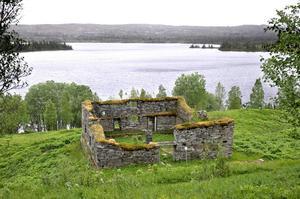De gamla skifferladugårdarna i Gråsjön är dryga fyra meter höga.