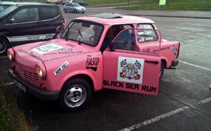 Den rosa drabanten var nära att lägga av helt i Lettland, men skickliga bilreparatörer fixade snabbt reservdelar.