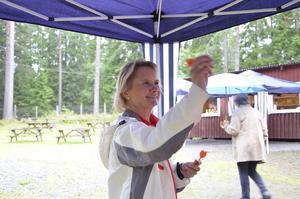 Tidigare ordförande. Marie-Louise Forsberg-Fransson har också varit ordförande i föreningen och visade sig vara en hejare på kast med röda pilar.