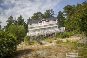 Jan Strandlunds stuga har renoverats sedan den först byggdes. De två rummen från originalstugan finns kvar i mitten av huset.
