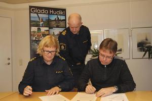 Kristina Holgersson, chef för lokalpolisområde, och kommunstyrelsens ordförande Mikael Löthstam undertecknade medborgarlöftena. Kommunpolisen Johan Gramenius fanns också på plats.