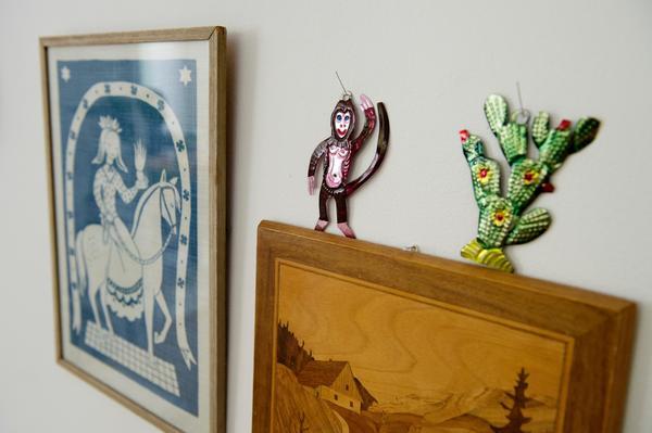 Konstverk. På väggen samlas favoritsakerna – bland annat en gitarr och konstverk Fideli fått i present.