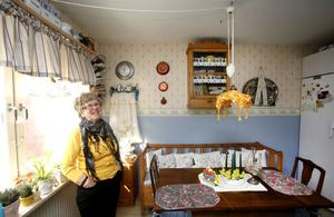 Påskfint i köket. Birgitta har broderat kuddarna i soffan och renoverat arveskåpet med plats för fler äggkoppar.