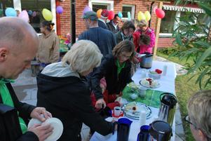 Sen började kalaset med tårta, kaffe, saft och glass i stora lass.