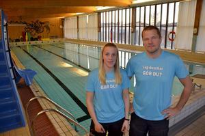 Simhallschefen Lars Biberg och badvärden Elin Berg på badhuset i Matfors har en