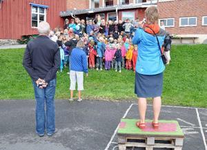 Lärare Lisa Rådenman fotar eleverna på Åre skola första skoldagen. Nye rektor Björn Bergetoft överser.