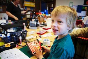 Wilmer Stenmark, sju år, var en av sex pojkar som deltog i träffen. När LT var på besök gjorde han en av helgens utmaningar, ett kort utifrån en skiss.