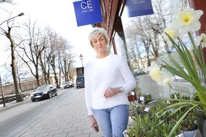 Ewa Näslund driver inredningsbutiken CE. Stoppförbudet utanför butiken skapar problem för hennes kunder och nu hoppas hon att parkeringsmöjligheterna ska bli bättre.