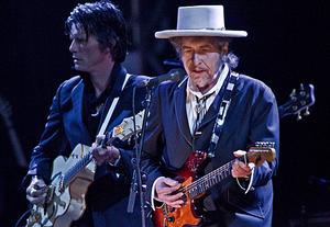 Bob Dylan är ett av de stora dragplåstren på årets Peace and Love-festival. Här ses på scen i London tidigare i sommar.