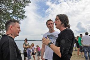 Ronnie Åström, lördagskvällens huvudartist, hittar gamla polare i vimlet, som Jon-Henric Andersson och Andreas Hagström.