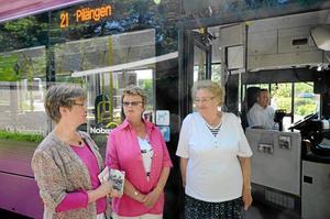 UPPRÖRDA. Marianne Ageberg, Inger Höglund och Margareta Landin upprörs över att busshållplatsen i Rynnige kan dras in enligt det nya förslaget till linjenät i Örebro.