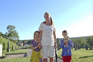 Ellen Bosund tog med sig mamma Anna Ehn och lillebror Sven Bosund för att kolla på storebrorsan som spelade självaste Nathan i Söderblomspelet.