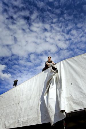 Svindel. Erik Bergsman jobbar på hög höjd, när han tar ner taket på scenen.