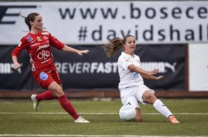 Hanne Gråhns, till vänster, i kamp med Rosengårds Lieke Martens från en match i Damallsvenskan tidigare i år.