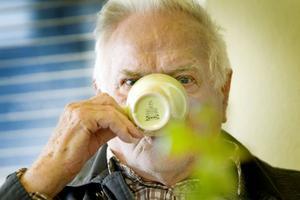 Sören Rydbergs liv har förändrats drastiskt sedan träffpunkten öppnade nära hans hem. Tidigare satt han ensam hemma, vilade och tittade på tv. Nu möter han varje dag gamla och nya vänner, samtalar om livet förr och nu, får sig en god kopp kaffe och ett gott skratt.