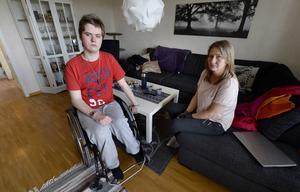 Kim Molinder och hans mamma Victoria ställer sig helt frågande till hur någon kan stjäla en rullstol.