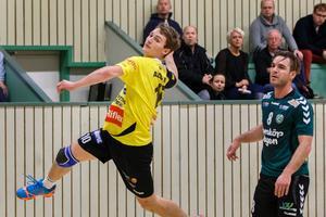 Rimbos Endrit Abdullahi hoppar och skjuter ett skott på mål under handbollsmatchen i elitserien mellan Önnered och Rimbo den 8 december 2013 i Göteborg.