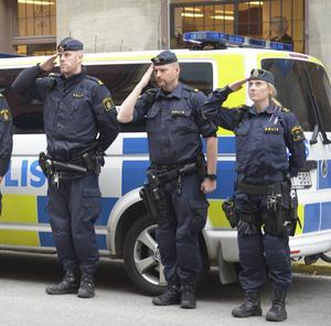 Poliser som bevakade franska ambassaden gjorde honnör under den tysta minuten den 18 november.