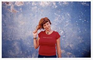 Ut i världen. Josefine Adolfsson har skrivit en roman om att längta efter varandras vardag. Svenskan Jenny romantiserar livet på Kuba, och Lill-Mario vill ha friheten i väst.