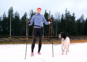 Amanda Mattsson med sin engelska setter Fritiof, som är hennes träningskompis men inte kursdeltagare men inte kursdeltagare.