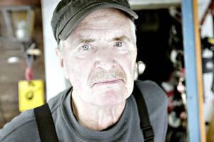 Per Aldenby bor ute i skogen kungsberget och Jädraås. Han känner sig också lurad av Viasats försäljare.