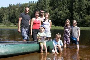Familjerna Olsson Hagardson från Edsbyn och Engholm från Filipstad berättar att det tog en timme och en kvart att paddla från Vinströmmarna till Frostkilen. På onsdagen paddlar de etapp två till Voxnadalens kanot och camping nedströms Frostkilen.