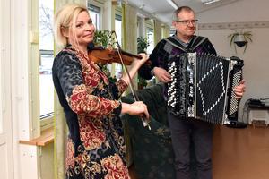 Amus Kerstin Andersson och Bertil Skeri inne i Strömsgården.