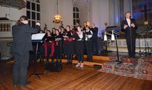 På varje ort som Änglarnas tid-konserten besöker samarbetar Magnus Carlsson med en lokal kör. I Säter var det Corianderkörebn under ledning av Dan Eiderfors som fått den äran. Tillsammans sjöng de två julsånger, kören framförde också en egen sång.