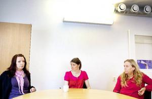 """""""Vi trodde väl aldrig att vi skulle få sänkta löner efter att ha vidareutbildat             oss"""", säger Carina Månthén, Anna Bergfors och Ingela Svedlund.  Foto: Håkan Luthman"""