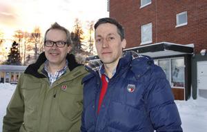 Urban Wigren och Petri Berg framför huset som ska byggas om.