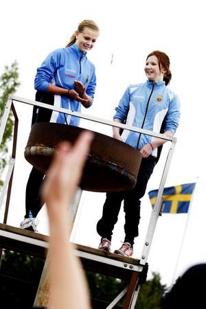GiF-tjejerna Tove Borg och Agnes Gille tände den olympiska elden.
